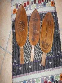Sassole intagliate in legno